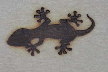 黒塗りのトカゲの焼印
