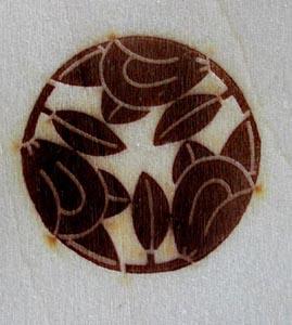 枝割り三つ橘の焼印