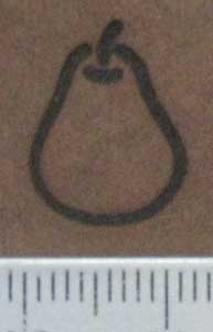 梨焼印を薄茶色の革へ