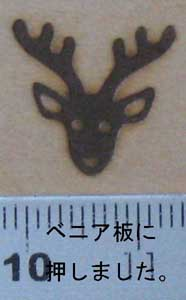 鹿の顔の焼印を木へ