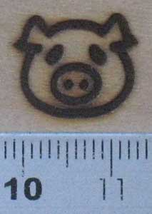 子豚の焼印を木へ