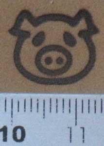 子豚の焼印を革へ