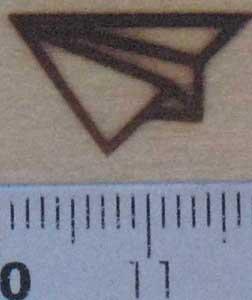 紙飛行機の焼印を板へ