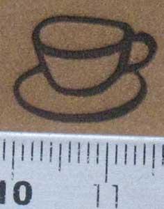 茶の革にコーヒーカップのミニ焼印を押す